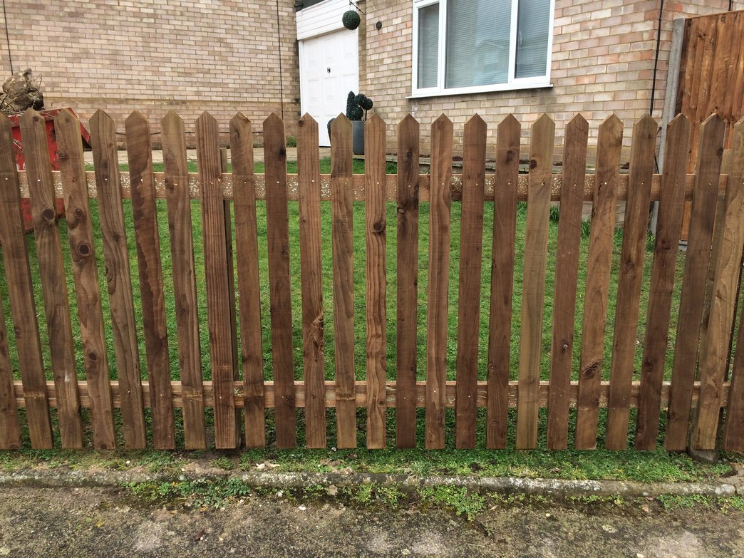Mid heigh picket fencing